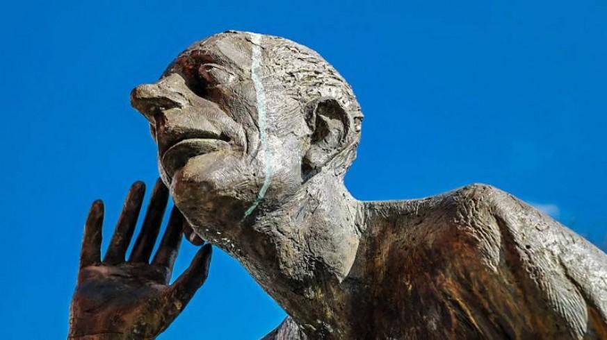Estatua de hombre escuchando