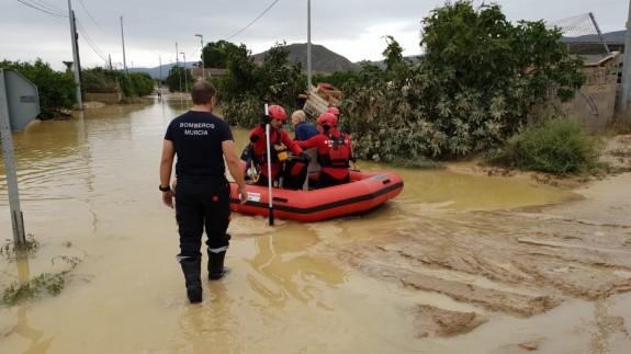 Rescate de un vecino tras el desbordamiento del Segura.