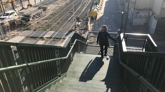Una vecina usando la pasarela este domingo (foto: ORM)