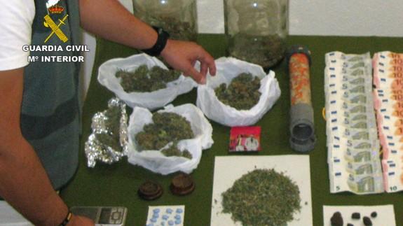 Imagen de la marihuana y el dinero incautado