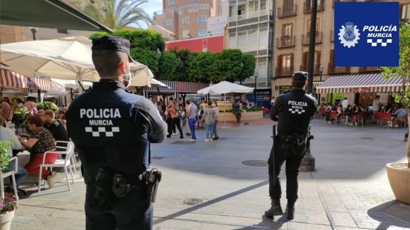 Agentes de Policía vigilan una céntrica plaza en Murcia el día del Bando