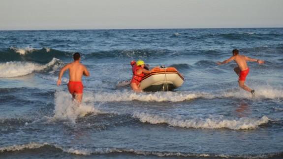 Un momento del rescate en la playa