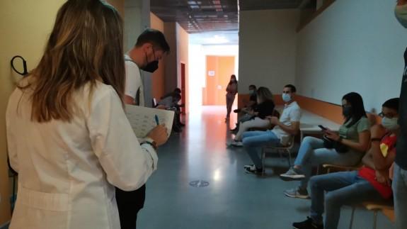 Estudiantes de la UPCT esperando para recibir la vacuna contra la Covid. ORM