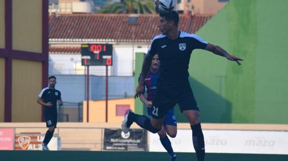 Rafa Páez intenta controlar ante la presión de Germán. Foto: Mar Menor