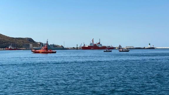 Rescate de los tripulantes de una embarcación en el puerto de Cartagena.