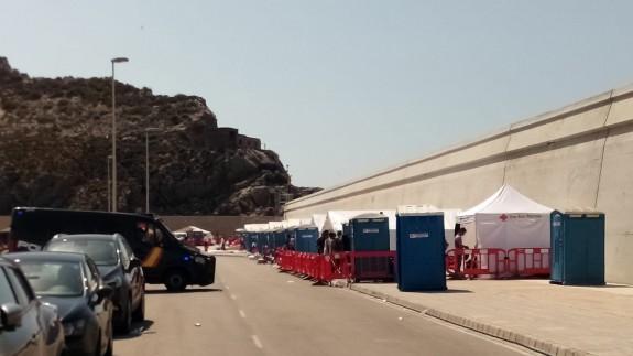 Carpas instaladas para atender a los migrantes en el muelle de Escombreras