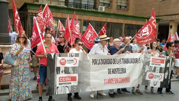 Manifestantes concentrados a las puertas del Hotel Cartagonova