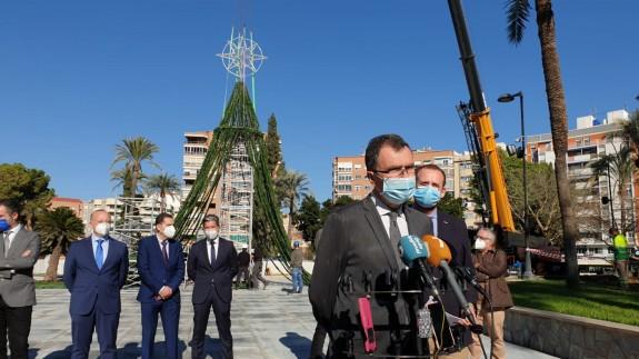 Ballesta y Guillén en el inicio del montaje del gran árbol de navidad. ORM