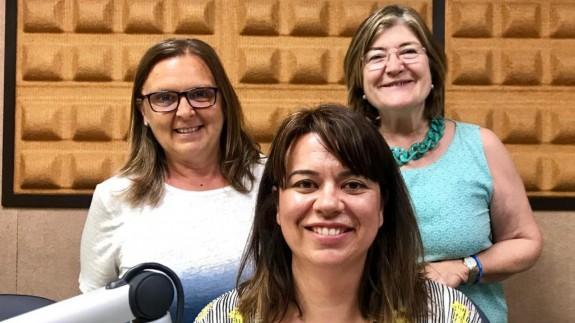Teresa Allepuz y Carmen Campos (detrás) con María Muñoz Torres en Onda Regional