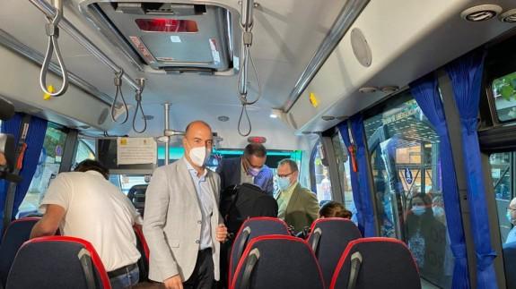 Eliseo García, en primer plano, en uno de los autobuses urbanos de Molina