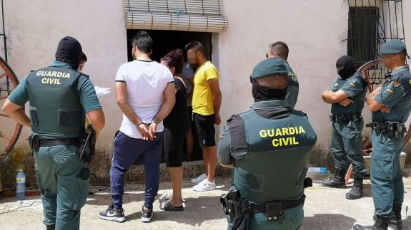 Agentes de la Guardia Civil junto a los detenidos