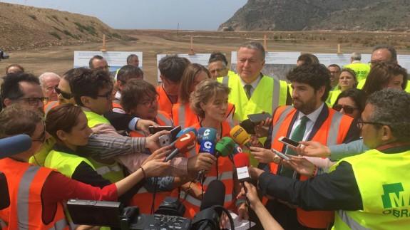 La ministra atiende a los medios durante su visita a Portman