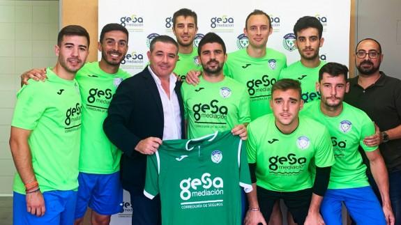 Varios jugadores del Churra junto a Mariano Albaladejo tras renovar otro año más. Foto: EDMF Churra