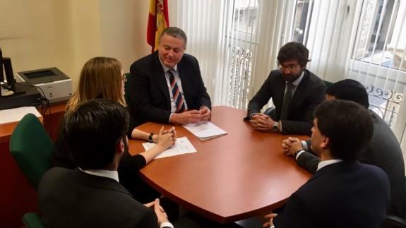 Francisco Bernabé durante su reunión con los abogados del Estado