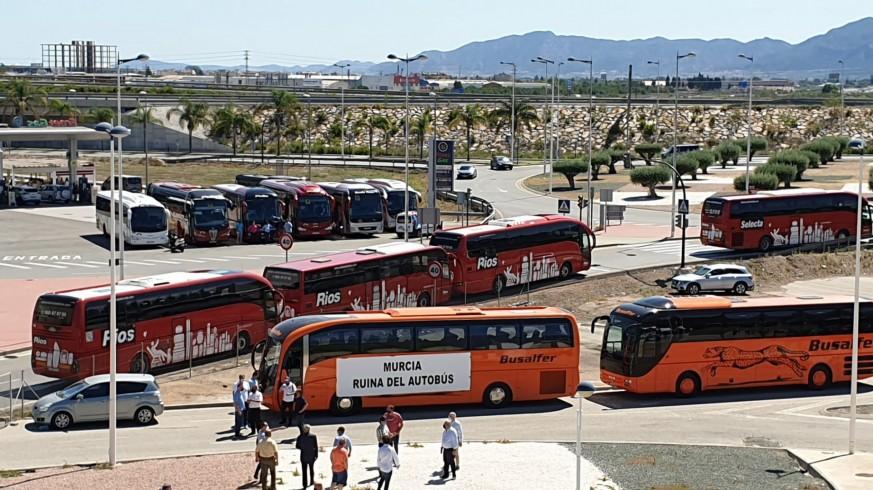Protesta de las empresas de transporte escolar este lunes en Murcia