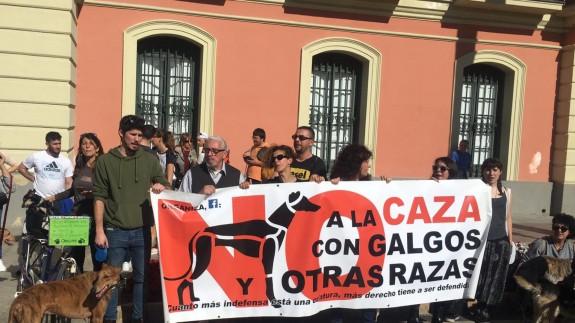 Manifestantes en la Plaza de la Glorieta de España en Murcia