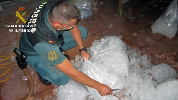 Un agente junto a parte del hielo intervenido