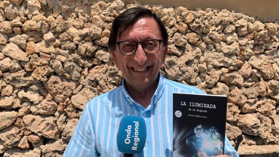 Tomás Guillén con su libro 'La iluminada de la Algaida'