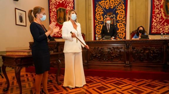 Arroyo recoge el bastón de mando de manos de Castejón