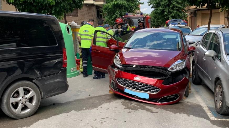 Los bomberos rescatan a una joven tras sufrir un accidente de tráfico en Cieza
