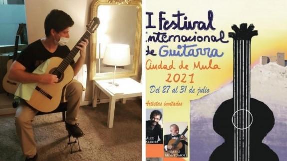 Ramón Vergara y el cartel del festival. PIÑERO