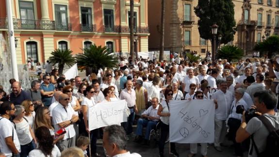 Unas 200 personas se concentran en Murcia para pedir diálogo para solucionar el conflicto en Cataluña