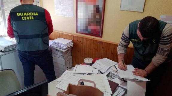 Los agentes de la Guardia Civil revisan la documentación requisada