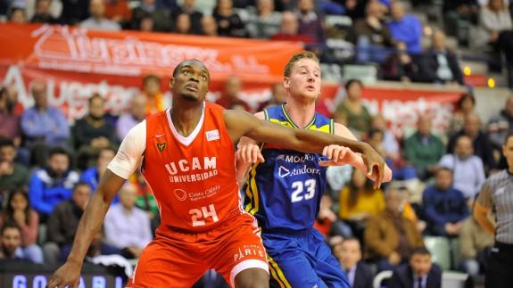 Kevin Tumba pelea un rebote con el UCAM. Foto: J. Bernal / ACB Photo