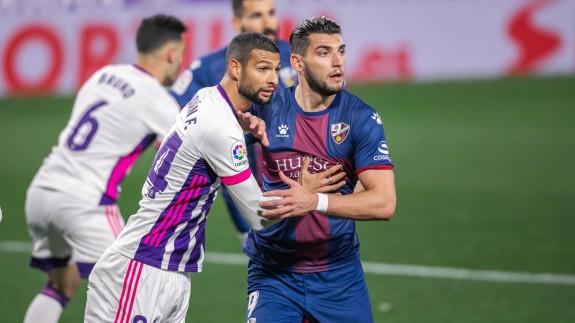 El murciano Rafa Mir pugna con Joaquín, en el partido frente al Valladolid