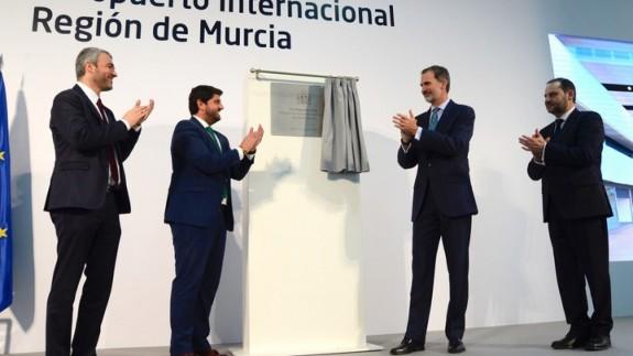 El presidente, López Miras junto con el rey Felipe VI, en la inauguración del Aeropuerto Internacional de la Región de Murcia. CARM