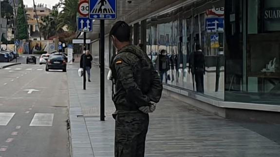 Un militar vigila las calles de Murcia. ORM