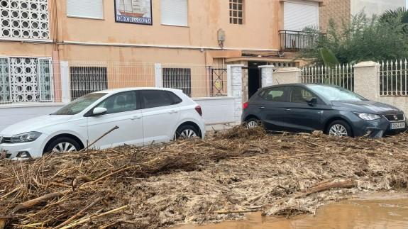 Acumulación de barro y caña en una calle del municipio