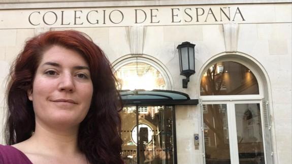 Julia Sirés frente a la fachada del Colegio de España en París