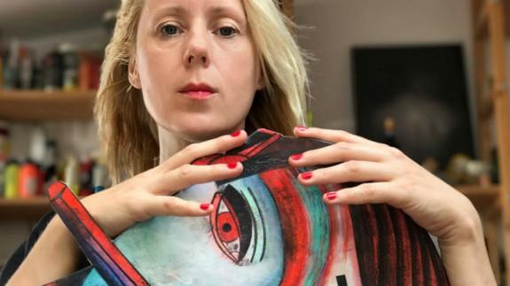 Katarzyna Rogowicz con una de sus obras