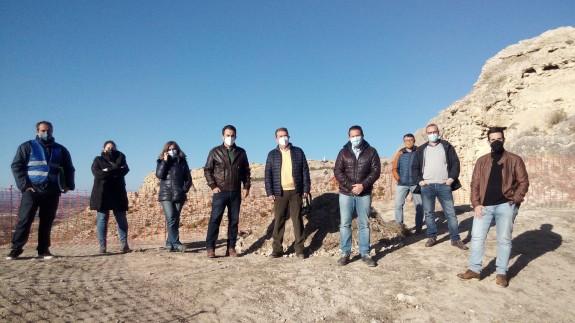 El alcalde de Mula con el equipo que está trabajando en el castillo