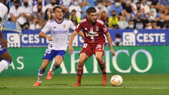 Álex Gallar conduce el balón en el partido de La Romareda