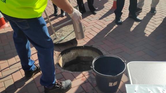 Toma de muestras de aguas residuales en Murcia