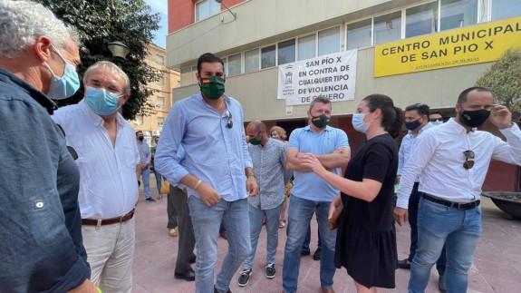 De Meer junto a José Ángel Antelo, presidente de Vox, y vecinos de Barriomar