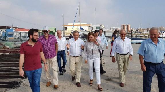 El consejero, durante su visita al puerto de Lo Pagán