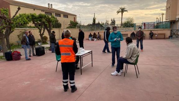 Toman la temperatura a los acogidos por Jesús Abandonado antes de trasladarlos a El Peñasco