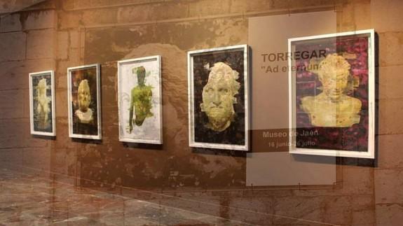 Cuadros de la exposición Ad eternum de Torregar, con cartel anunciador