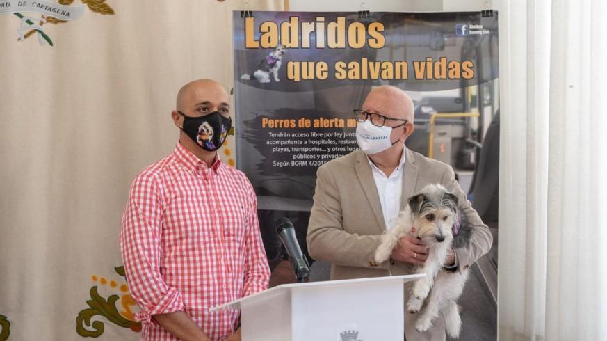 Jorge Conesa junto al concejal Manuel Padín, que lleva en brazos a Sheldon. AYTO. CARTAGENA