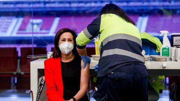 Un sanitario vacuna a la ministra de Defensa, Margarita Robles en el Wanda Metropolitano