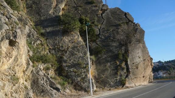 EL MIRADOR. Preocupa el peligro de desprendimiento de una gran roca a la entrada de Blanca