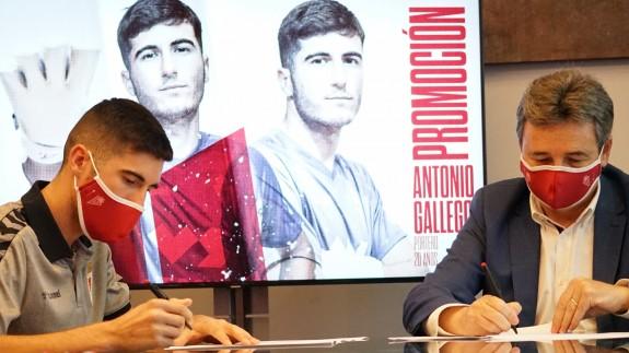 Antonio Gallego firma su contrato, con el presidente Agustín Ramos a su lado