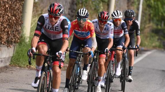 Alejandro Valverde, tercero del grupo, persigue a Nibali en la última etapa del Giro de Sicilia
