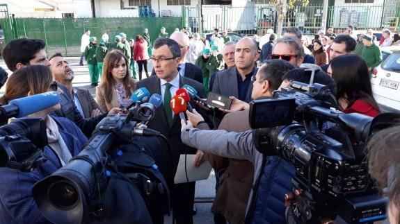 Ballesta ha acudido a la concentración realizada por los trabajadores de Faroliva