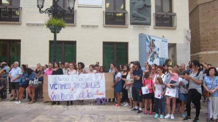 Centenares de personas se concentraron ayer por los asesinatos de las dos niños en Castellón