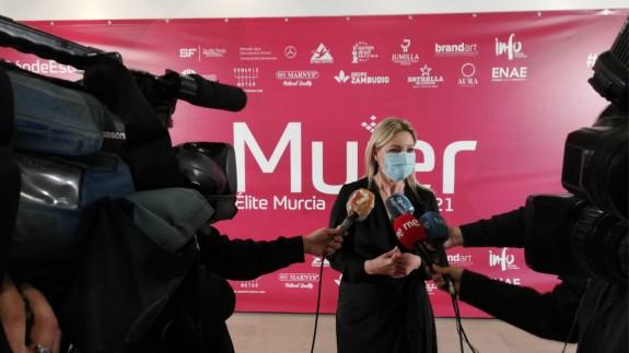 Ana Martínez Vidal atendiendo a los medios de comunicación. ORM