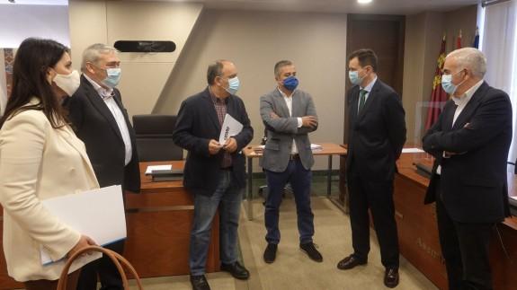 Antonio Mestre, director de la refinería de Repsol en Escombreras, conversa con los diputados regionales. ASAMBLEA REGIONAL